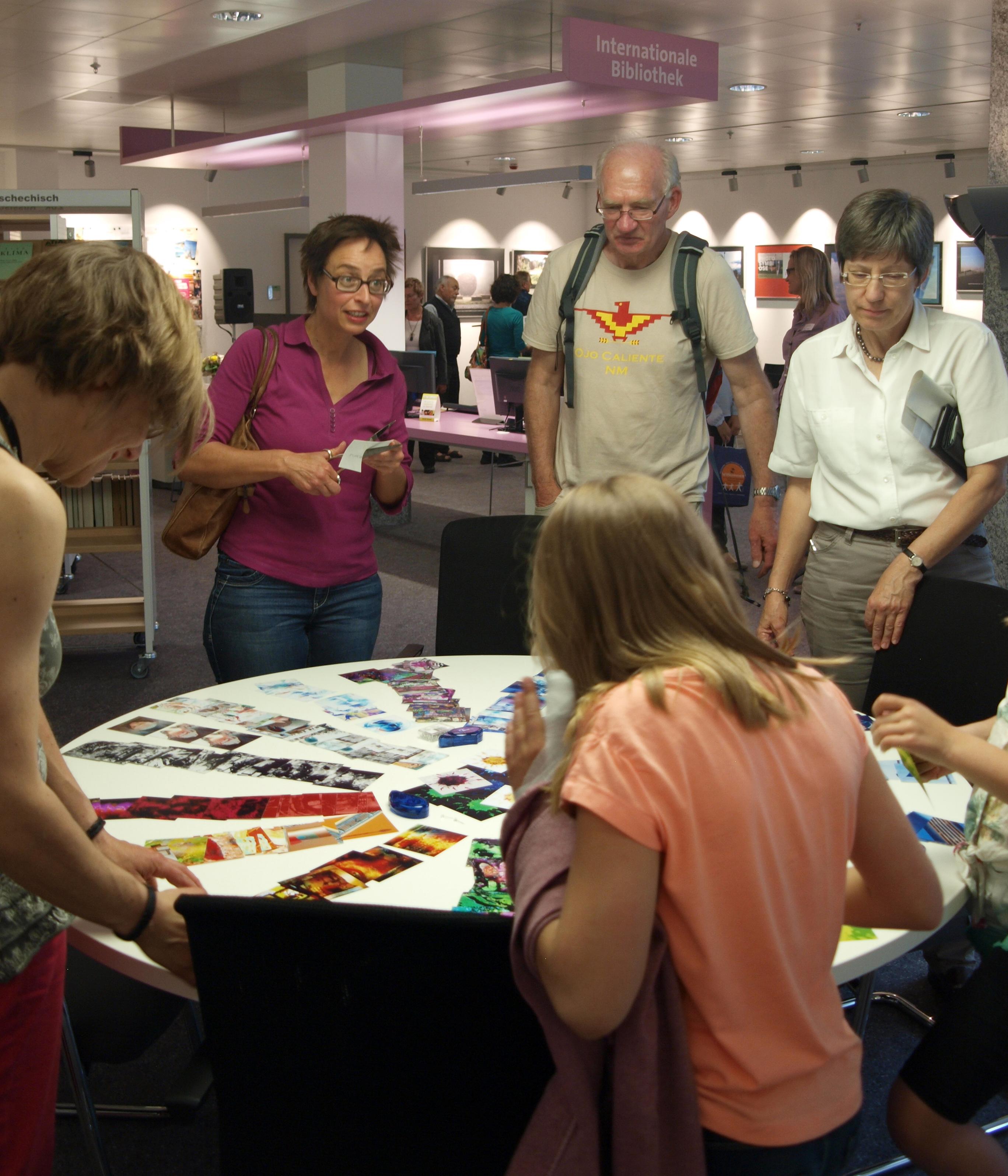 Die Besucher schufen mittels Bildschnipseln ein weiteres energy-in-art Kunstwerk.