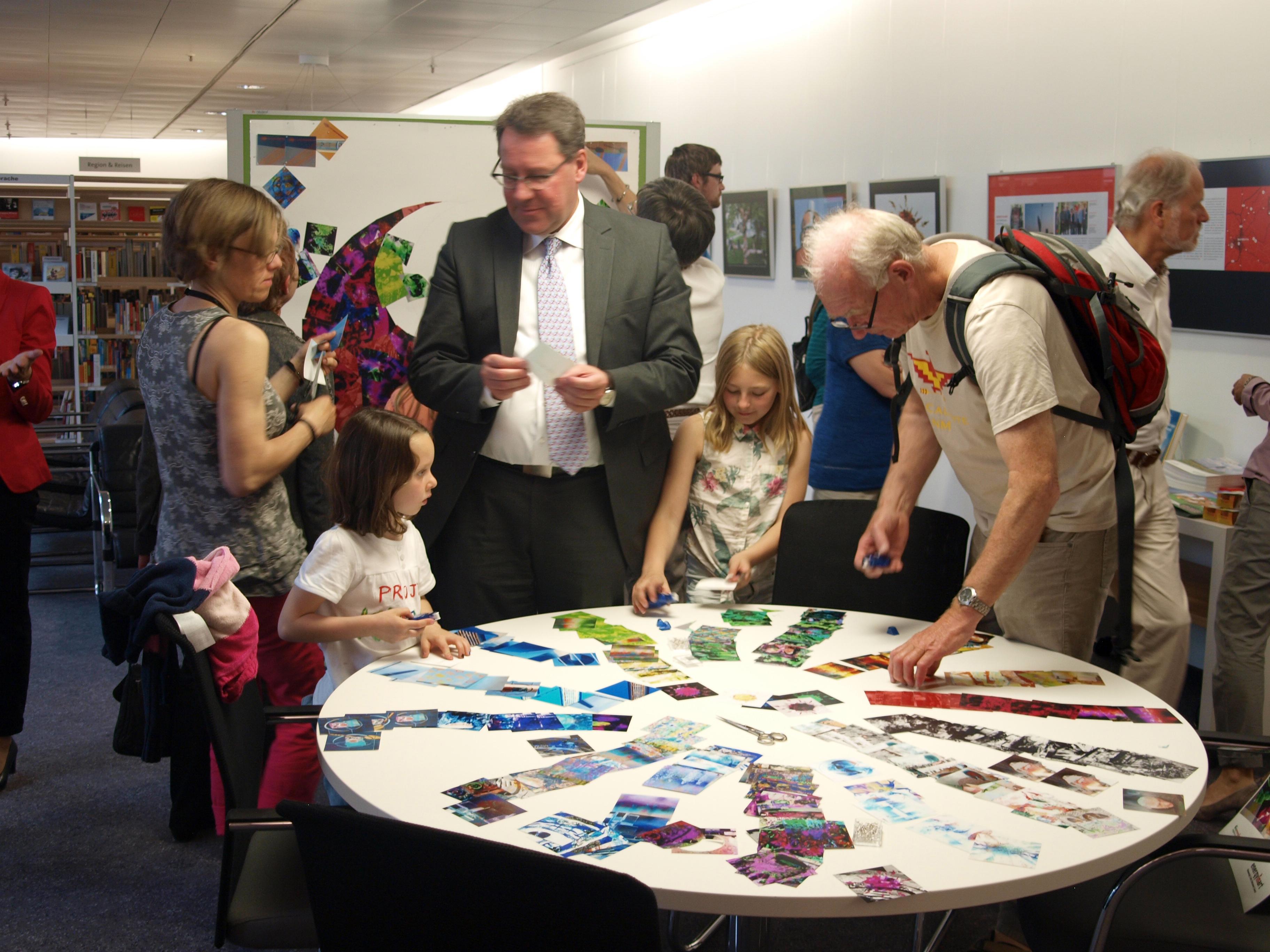Die Kunstperformance bildete das interaktive Element der Ausstellungseröffnung.