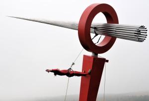 """Vertical-Dance Performance von Sarah Mac Keever bei der Einweihung des Kunstwerks """"Indikator"""""""