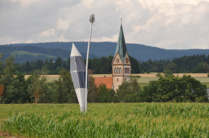 Photosymbiose-vor-Kirche-Zoom